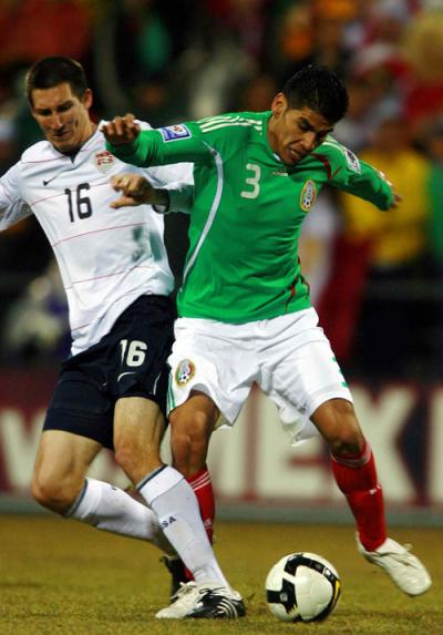 Una juegada en el enfrentamiento entre las selecciones de EU y México en febrero pasado. (Federación Mexicana de Futbol)