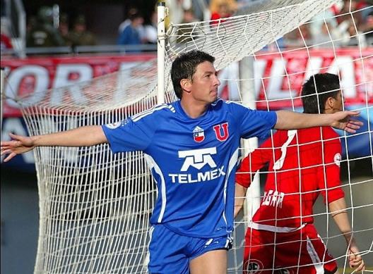 Un jugador del equipo Universidad de Chil porta en su camiseta el logotipo de Telmex. (Foto tomada del portal del equipo chileno).